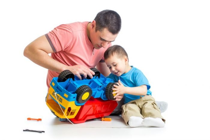 Мальчик с папой чинит игрушечную машину