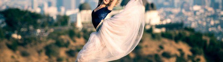 девушка выполняет балетное па