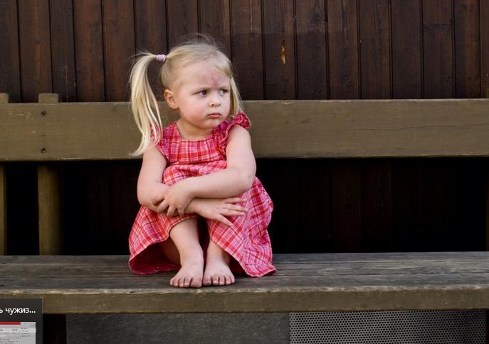 Расстроенная девочка сидит на скамейке