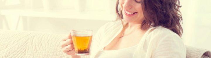 беременная пьет чай из малины