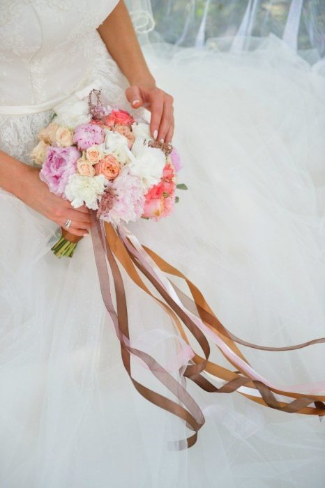 Атласные ленты на букете невесты