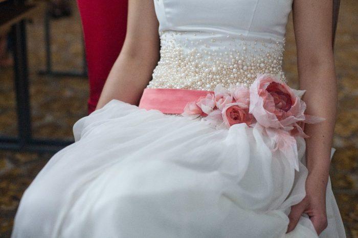 Цветы на поясе свадебного платья
