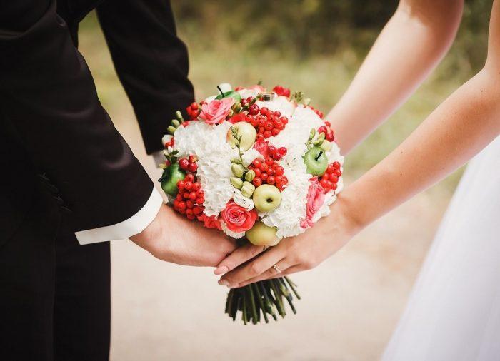Свадебный букет с ягодами и яблоками