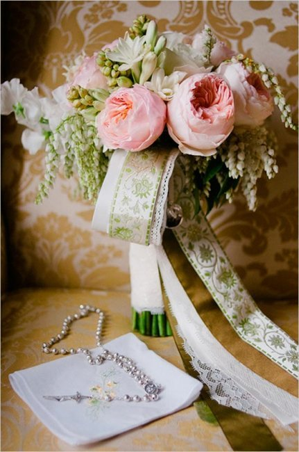 Свадебный букет, украшенный лентами