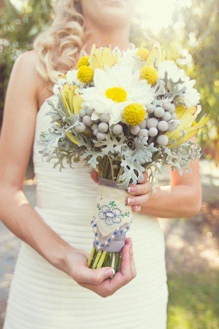 Свадебный букет с украшением вышивкой