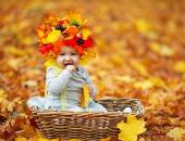 девочка в венке осенних листьев
