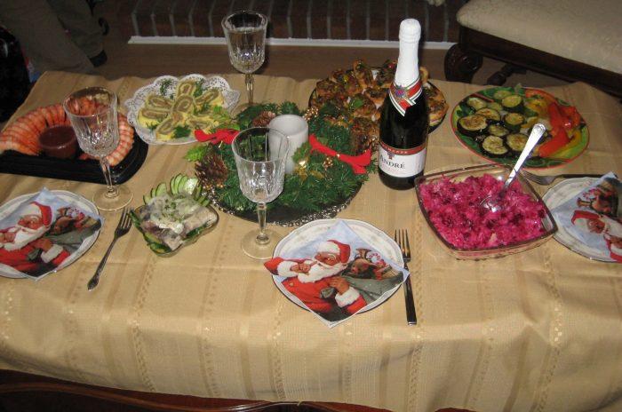 Накрытый столик на троих