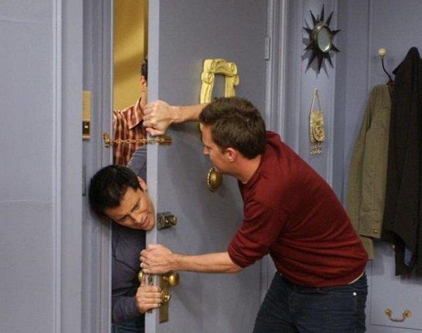 Мужчина ломится к другому в квартиру, у того на двери висит цепочка