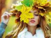 девушка в венке из листьев
