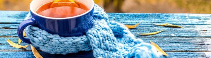 чашка чая на лавочке осенью