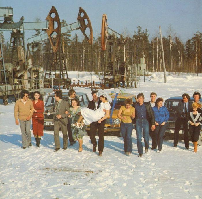 свадебное фото с нефтяными насосами