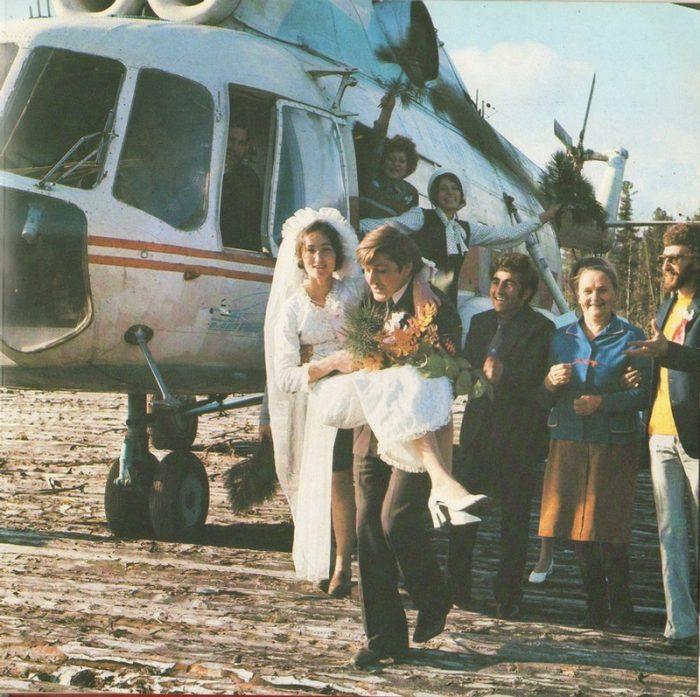 жних выносит невесту из вертолёта