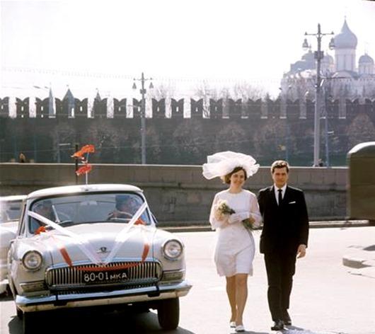 советское свадебное фото на фоне Кремля