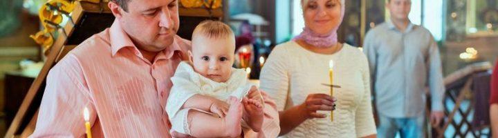 крестный держит малыша