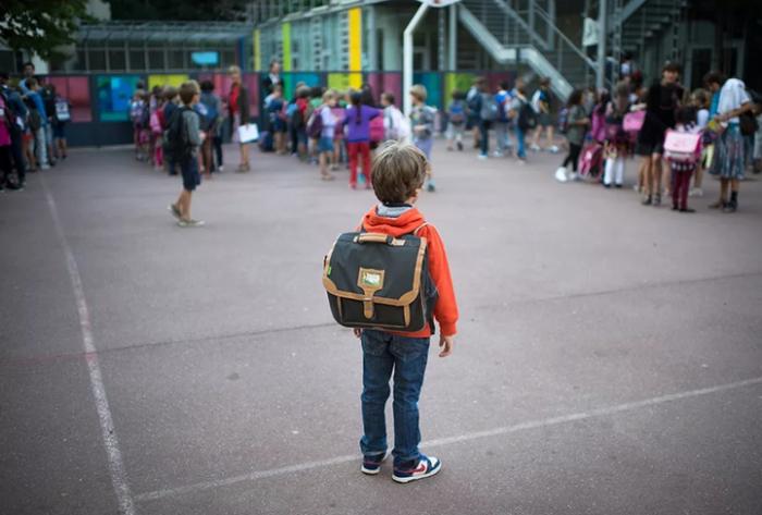 Мальчик со школьным портфелем