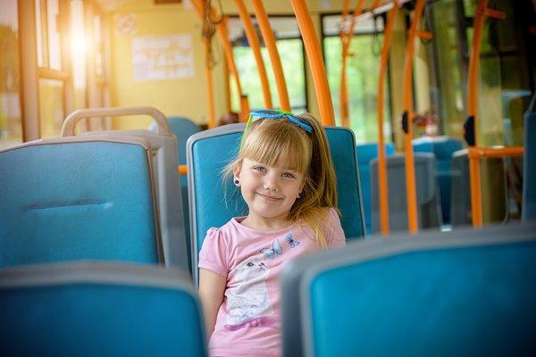 Девочка едет в автобусе