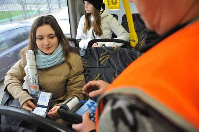 Студентка предъявляет кондуктору проездной билет