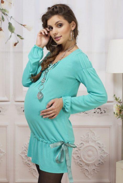 Беременная в красивом голубом платье