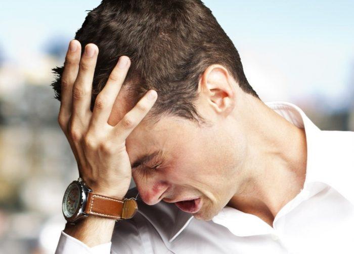 Мужчина переживает: склонил голову и что-то говорит