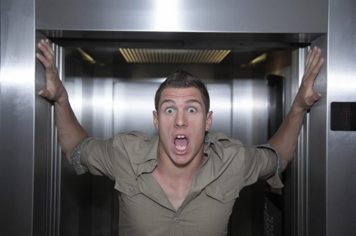 Испуганный мужчина в кабине лифта