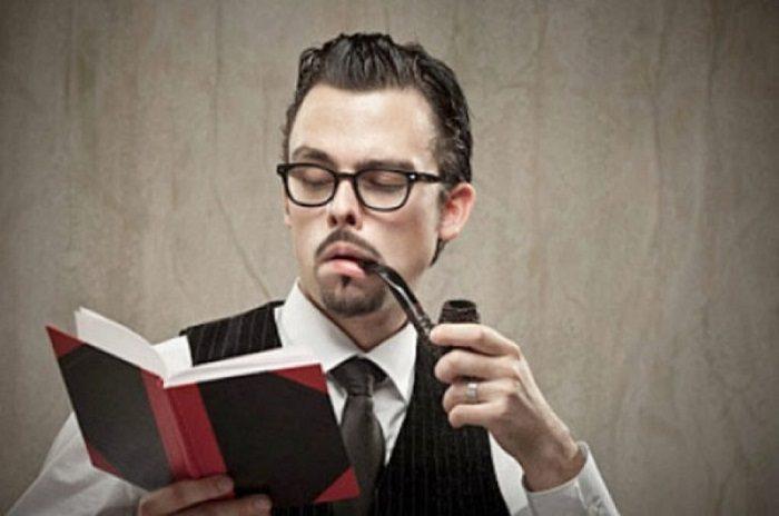 Типичный интеллигент в очках, галстуке, жилетке, с книжкой в руках