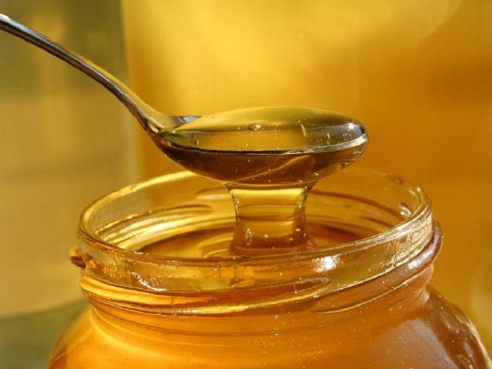 Банка с мёдом и полная ложка мёда