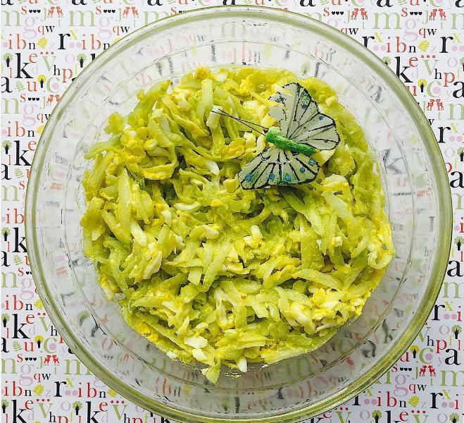 Салат из свежих огурцов и яйца