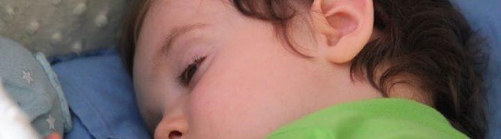 Сон с приоткрытыми глазами – норма для ребёнка до двух лет, однако нельзя исключать и патологическое состояние.
