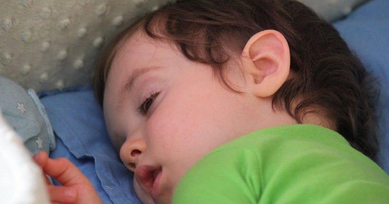 Ребёнок спит с приоткрытыми глазами: стоит ли тревожиться
