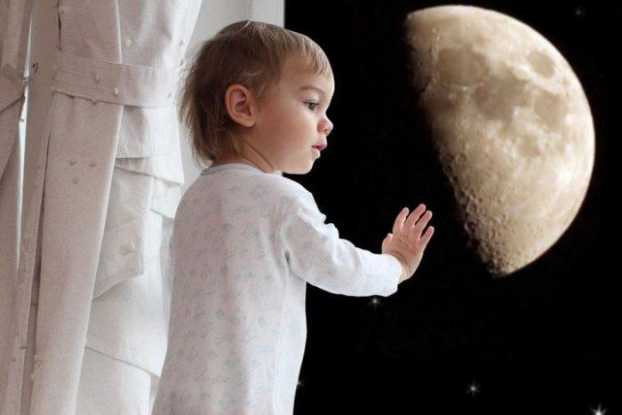 Ребёнок ходит во сне, на заднем плане луна
