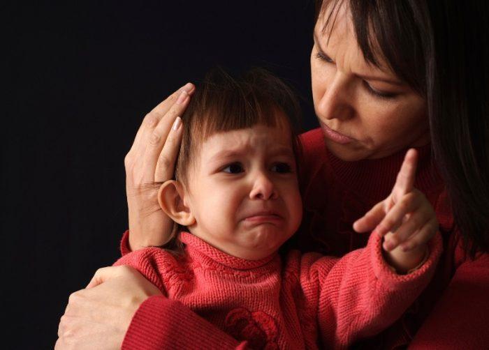 Ребёнок чего-то испугался, показывает пальчиком, а мама его обнимает