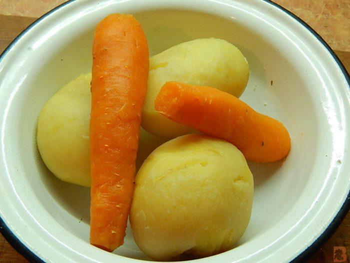 Очищенные морковь и картофель