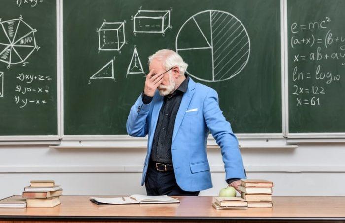 Преподаватель задумался у доски