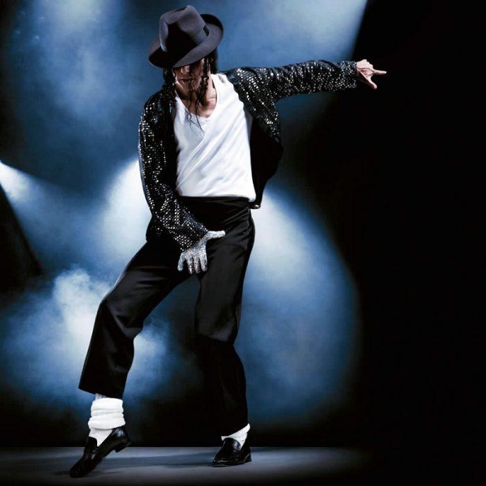 Майкл Джексон танцует на сцене