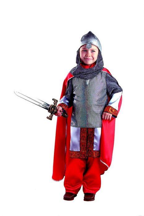 Мальчик в костюме богатыря