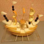 Фруктовая лодка из дыни