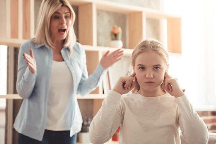 Мама что-то раздражённо говорит дочке, та затыкает уши