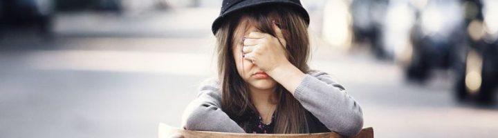 девочка в шляпе закрыла лицо рукой
