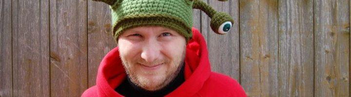 мужчина в смешной шапке