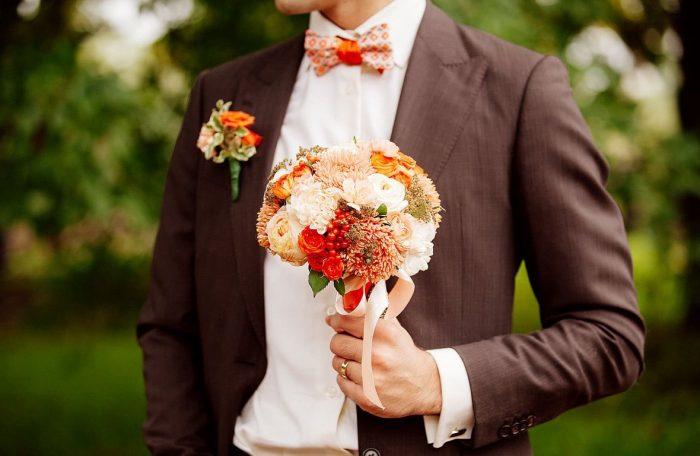 жених с маленьким букетом невесты