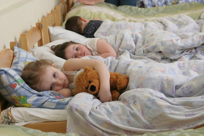 Ребёнок не спит в детском саду: заставлять или нет