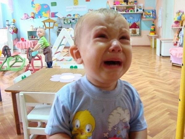 Ребёнок плачет в ясельной группе