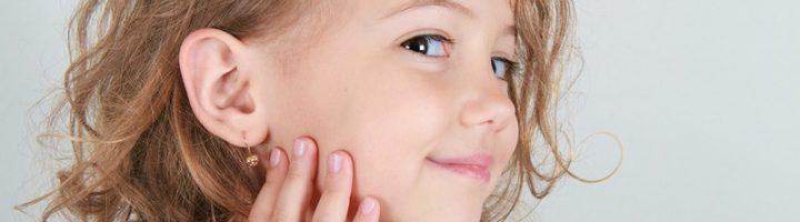 Проколоть девочке ушки можно даже в раннем возрасте.