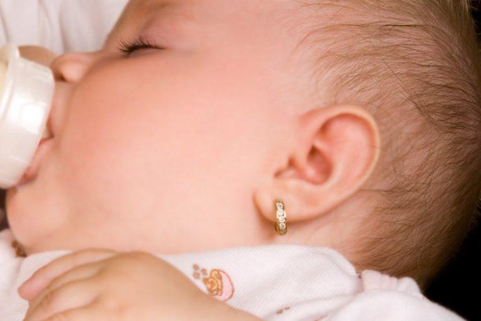 Девочка грудного возраста с серёжками в ушах
