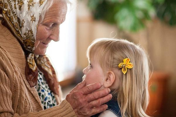 Маленькая девочка с бабушкой