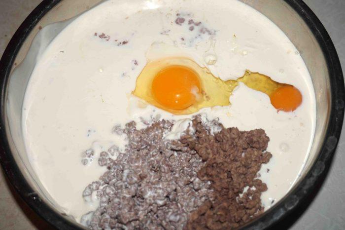 В миску с измельчённым мясом добавляем желтки, растопленное сливочное масло и муку