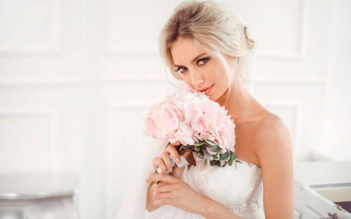 Нежная невеста-блондинка с букетом