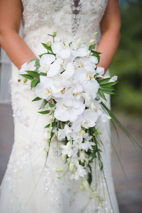 Невеста с букетом-каскадом