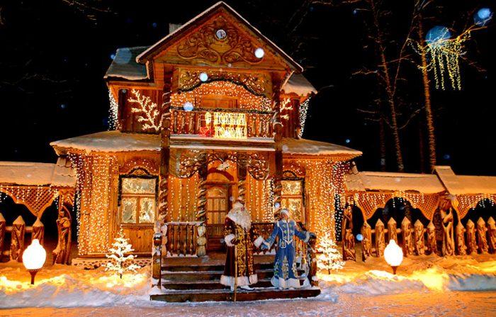 Дед Мороз со Снегурочкой у Дома Деда Мороза