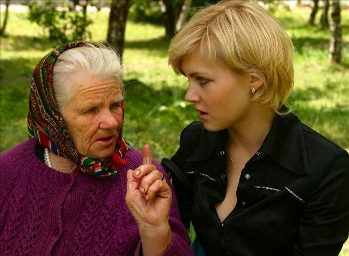 Бабушка что-то объясняет молодой женщине
